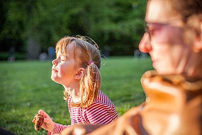 Mädchen mit Vesper in der Natur - p1394m2071022 von benjamin tafel