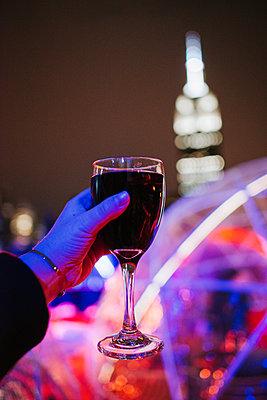 Rotwein trinken in der Nacht, Empire State Building im Hintergrund - p1507m2196536 von Emma Grann