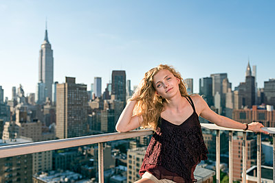 Blond woman standing in front of skyscrapers - p312m1533523 by Karl Forsberg