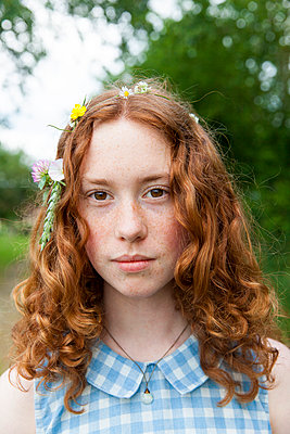 Girl with flowers in her hair - p756m932161 by Bénédicte Lassalle