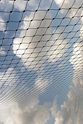 Netz unter einem norddeutschen Wolkenhimmel - p9792142 von Jaeckel
