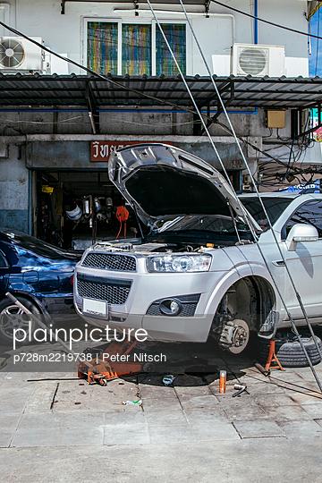 Thailand, Bangkok, Car repair - p728m2219738 by Peter Nitsch
