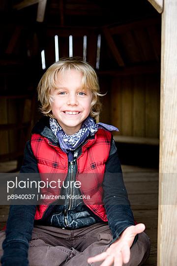 Blonder Junge mit roter Weste - p8940037 von Marzena Kosicka