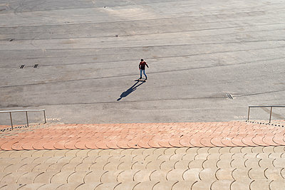 Young boy skateboarding in a city park in sunny day - p1166m2152287 by Cavan Images