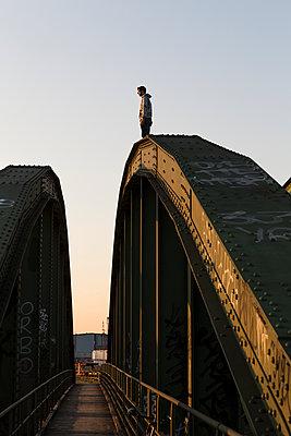 Mann auf einer Brücke - p1222m1286268 von Jérome Gerull