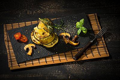 Vegan layered tower, potato mash, aubergine, zucchini and champignon - p300m2004409 by Roman Märzinger