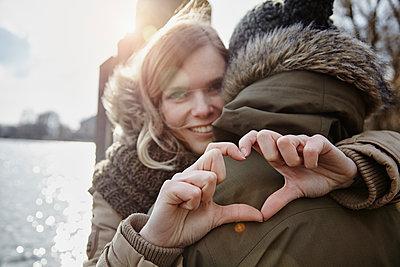 Deutschland, junges Paar, erste grosse Liebe, gemeinsame Zukunft, Herz, Gegenlicht, Glück, Zukunft - p300m2166236 von Annie Hall