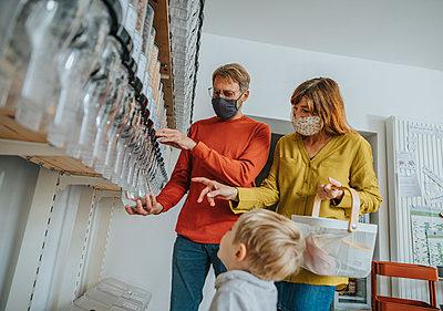 Family shopping in zero waste shop, Cologne, NRW, Germany - p300m2256329 von Mareen Fischinger