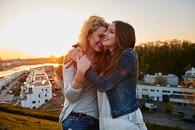 Ausgelassene Freundinnen - p890m1134600 von Mielek