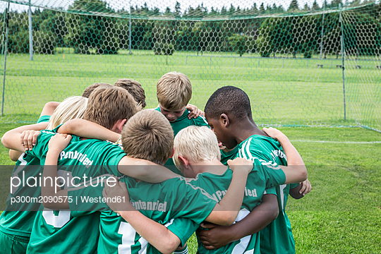Germany, young tootball team huddling - p300m2090575 by Westend61