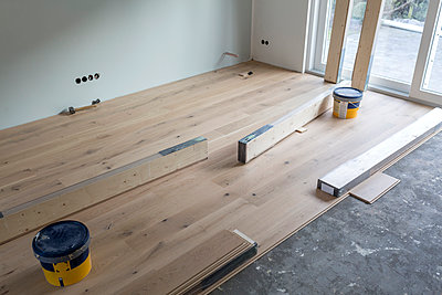 Laying of parquet in a house - p300m1166603 by Sarah Kastner