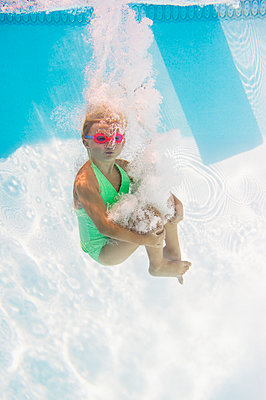 Caucasian girl swimming underwater in pool - p555m1421661 by JGI/Jamie Grill