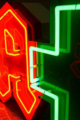 Apothekenschild, Leuchtreklame - p9791474 von Einecke