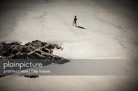 Frau allein am Strand - p1007m1216534 von Tilby Vattard