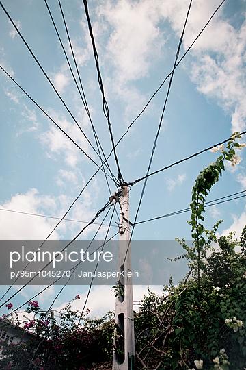 Kabelgewirr - p795m1045270 von Janklein