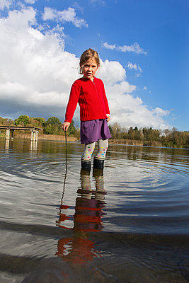 Girl in a lake - p076m971292 by Tim Hoppe