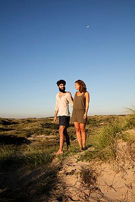 Junges Paar den in Dünen - p1212m1168709 von harry + lidy