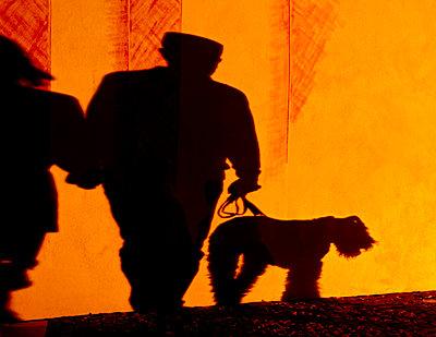 Mann mit Hund - p979m1444906 von Martin Kosa