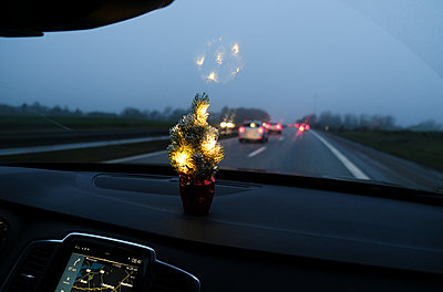 Driving home for christmas  - p1237m2125000 by Paul W. Nähr