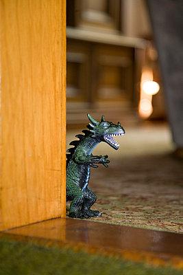 Dino tritt ins Wohnzimmer - p2380276 von Anja Bäcker