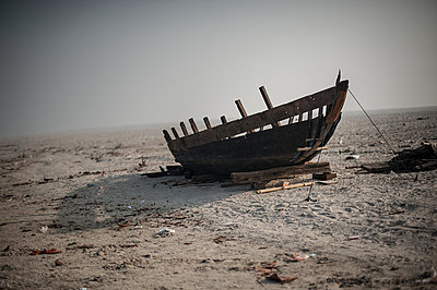Boat wreck - p1007m1059994 by Tilby Vattard