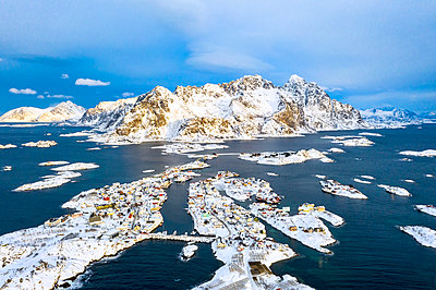 Aerial view of Henningsvaer covered with snow, Norway - p1166m2106186 by Cavan Images