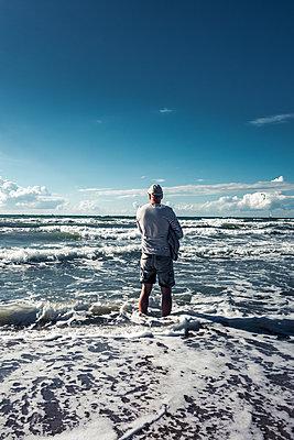 Mann an der Ostsee - p354m1215315 von Andreas Süss
