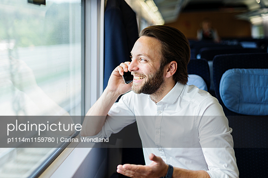 Geschäftsmann telefoniert im Zug - p1114m1159780 von Carina Wendland