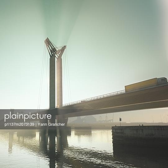 Hängebrücke in mystischen Licht - p1137m2073139 von Yann Grancher