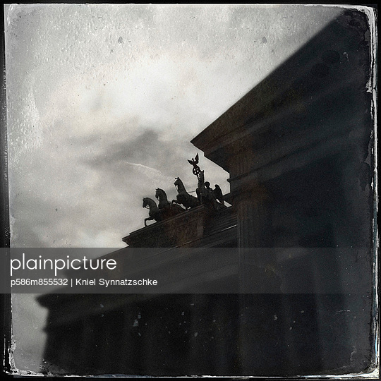 Brandenburg Gate - p586m855532 by Kniel Synnatzschke