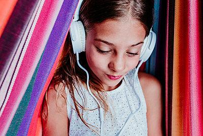beautiful kid girl lying on hammock and using mobile phone, summertime, Madrid, Spain - p300m2287302 von Eva Blanco