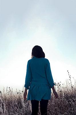 Frau in frostiger Wiese - p470m2053075 von Ingrid Michel
