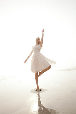Dancing - p8880325 by Johannes Caspersen