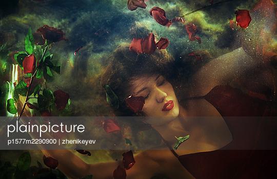 Junge Frau geht im Wasser unter - p1577m2290900 von zhenikeyev