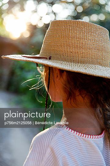 Girl wearing straw hat - p756m2125058 by Bénédicte Lassalle
