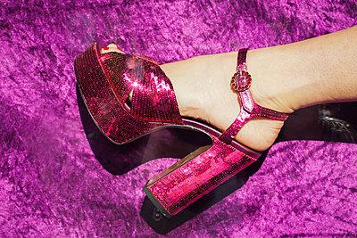 Glitzer-High Heels vor lila Samtvorhang - p045m2089382 von Jasmin Sander