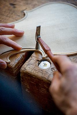 Geigenbau - Draht einlegen in der Geigendecke - p1212m1203351 von harry + lidy