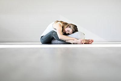 Yogaübung  - p1258m2086623 von Peter Hamel