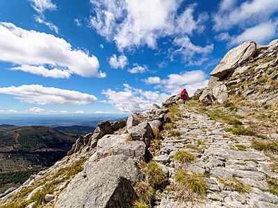 Spain, Sierra de Gredos, man hiking in mountains - p300m1153534 by Albrecht Weisser