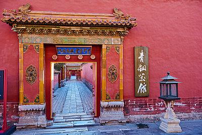 Doorway and path in the Forbidden City, Beijing, China - p871m2077764 by Bruno Morandi