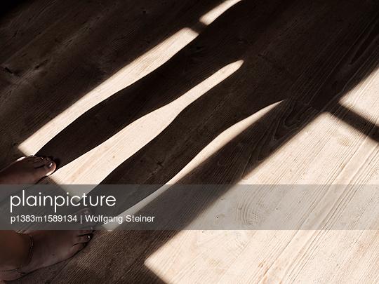 Schatten am Holzfußboden - p1383m1589134 von Wolfgang Steiner