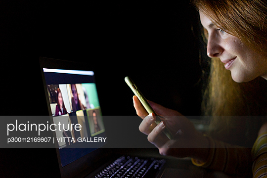 Young woman having a laptop video conference on the couch at home - p300m2169907 by VITTA GALLERY