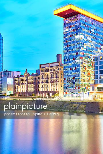 Bürogebäude Colorium im Medienhafen Düsseldorf - p587m1155118 von Spitta + Hellwig