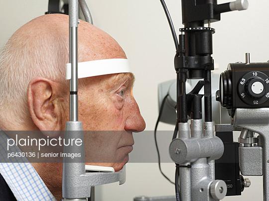 Untersuchung beim Augenarzt  - p6430136 von senior images