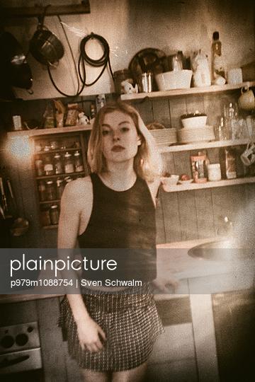 Blonde Frau in einer Küche - p979m1088754 von Sven Schwalm