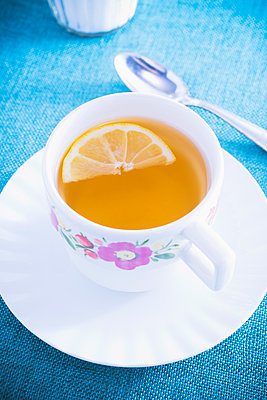 Cup of tea with a slice of lemon - p1149m1558620 by Yvonne Röder