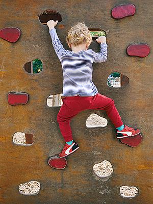 Kleiner Junge an der Kletterwand - p358m1217498 von Frank Muckenheim