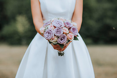 Bride holding bridal bouquet - p680m2176334 by Stella Mai