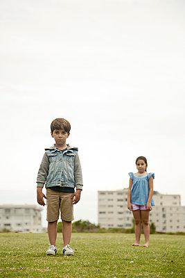 Junge und Mädchen im Park - p1248m1526412 von miguel sobreira