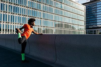 Young man stretching his leg - p300m2140642 by Josep Rovirosa